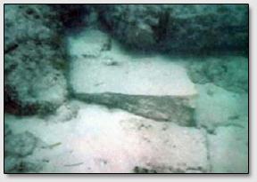 """Яркий пример каменного клина, подпирающего одну из плит """"Дороги Бимини"""", что вероятно делалось древними атлантами для выравнивания поверхности дороги, выложенной плитами."""