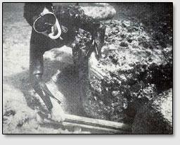 На некоторых участках можно определить толщину плит - около полуметра. Несмотря на округленные углы, можно чётко проследить взаимно перпендикулярные грани прямоугольных плит. Обратите внимание на сильную эрозию поверхности этих плит.