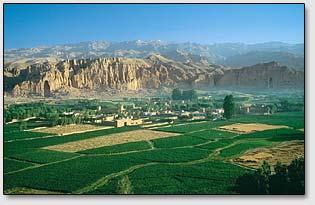 Бамианская долина на фоне горной гряды Гиндукуш.