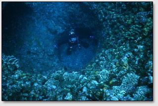Возле острова Агуни (Aguni), Окинава, обнаружены следы гигантских отверстий.