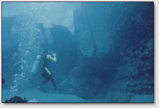 Циклопические блоки правильной формы разбросаны у основания подводного скального города недалеко от острова Йонагуни [Yonaguni].