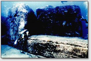 Гигантские каменные блоки возле острова Ёнагуни.