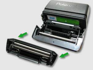 """Приспособление, которое способно равномерно раскатать фотокарточку """"Polaroid"""" с двух сторон, чтобы карточка смогла проявиться."""
