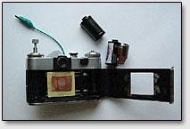 """Фото. 4. Приспособление для фиксации кирлиан-эффекта на фотоплёнку в виде переделанного фотоаппарата """"Зенит"""", пустая фотокассета и полная фотокассета."""